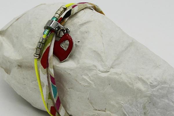 Bracelet en cordon ciré jaune, breloque coeur