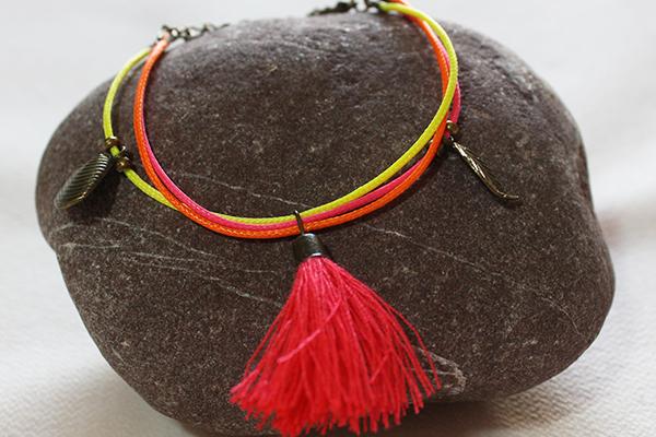 Bracelet pour enfant en cordon ciré et pompon