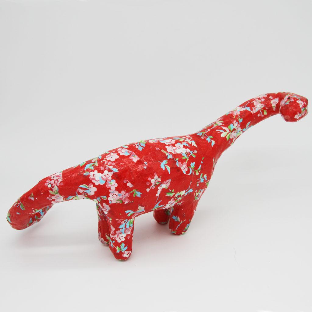 Diplodocus rouge en papier mâché