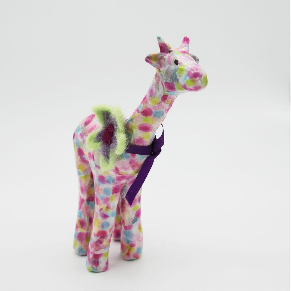 Girafe rose en papier mâché
