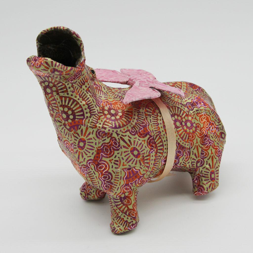 Hippopotame rose en papier mâché