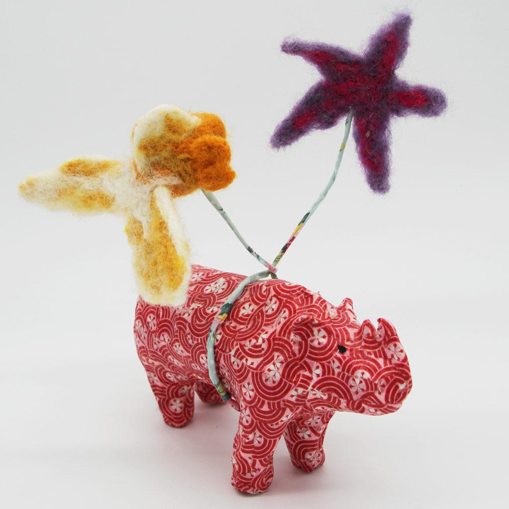 Rhinocéros rouge en papier mâché